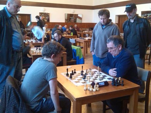 Napínavá partie mezi IM Vojtěchem Plátem (vlevo) a IM Pavlem Zpěvákem se rozhodla až v časovce.