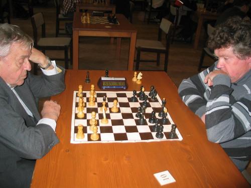 František Vykydal (vlevo) v prvním kole neuvěřitelně prohrál - spadl mu praporek těsně předtím, než dal mat (autor: Pavel Hubený)