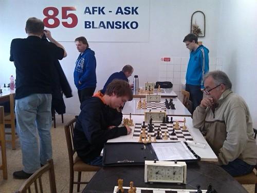 Filip Dvořáček (sedící vlevo) dokázal svého soupeře zmást...