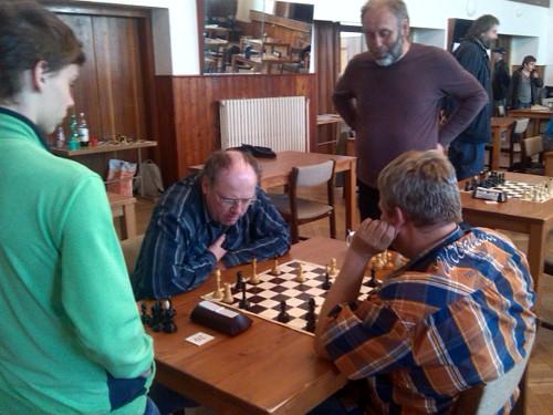 Okresní derby skončilo lépe pro domácího Miroslava Schůrka (zády), který zakončil partii s Lubošem Ševčíkem efektní matovou kombinací.