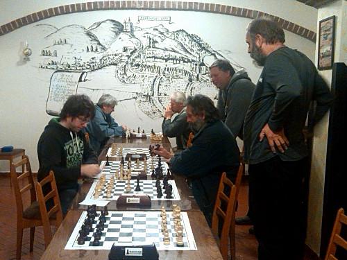 Jan Matuška (vlevo) s Janem Zemánkem hrají poslední partii zápasu.