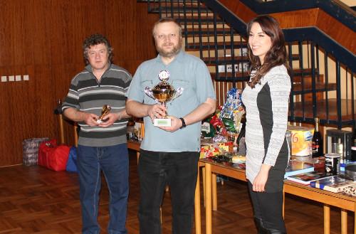 Karel Švehla (uprostřed) přebírá pohár pro vítěze (zdroj: web obce Sloup)