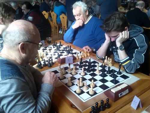 Filip Dvořáček (vpravo) bojuje...