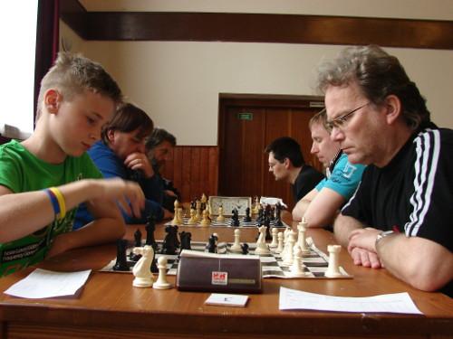 """Boskovice """"B"""" (vlevo) vedl na první šachovnici Vladislav Martyniuk"""
