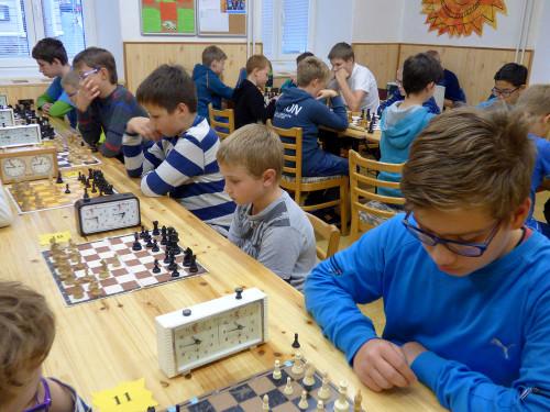 Michal Andrlík (uprostřed) patří k nejmladším, ale také nejlepším hráčům turnaje, jen čas ho trápí... (zdroj: SVČ Boskovice)